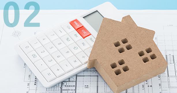 電卓と家の模型写真